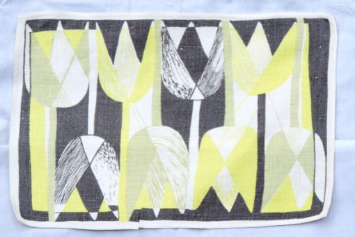 Retroduk tulpaner ljusgult och gratt pa tryckt linnetyg helhet