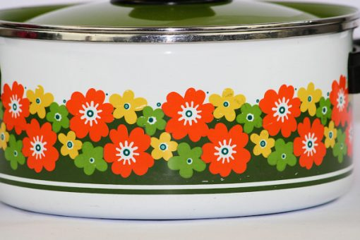 Blommig emaljkastrull 1970-tal orange, gul, gron, vit detalj monster