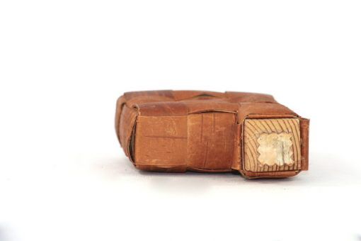 Bilden visar näverdosa näverflaska snus-pung av flätat näver träplugg insida plugg
