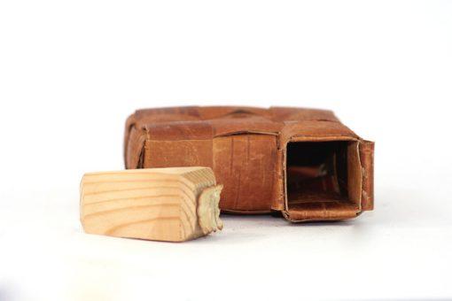 Bilden visar näverdosa näverflaska snus-pung av flätat näver träplugg insida öppning