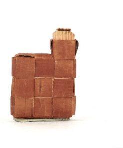 Bilden visar näverdosa näverflaska snus-pung av flätat näver träplugg sida