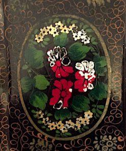 Bilden visar Antik svart plåtbricka bemålad blommor guld - 1800-tal detalj