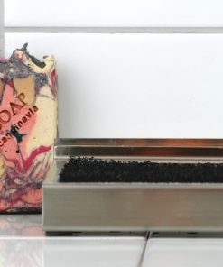 Bilden visar Tvålkopp stål plus handgjord tvål – Pink Black Inferno Soap detalj