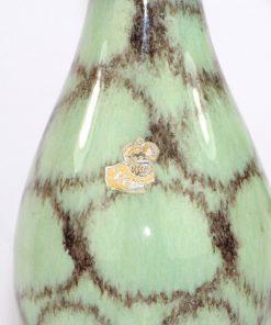 Bilden visar Bay Keramik 523/25 kanna pastell-grön och guld detalj etikett monster