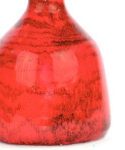 Bilden visar Bay Keramik 82-12 vas röd med svarta strimmor detalj yta