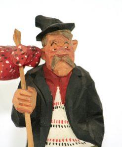 Bilden visar Trägubbe – Gunnarssons Träskulptur luffare med knyte detalj ansikte