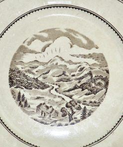 Bilden visar Gustavsberg tallrik Norrland - Fint landskapsmotiv 1936 detalj motiv