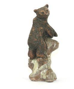 Bilden visar Björn – Tilgmans keramik skulptur på klippa Harry Tilgman