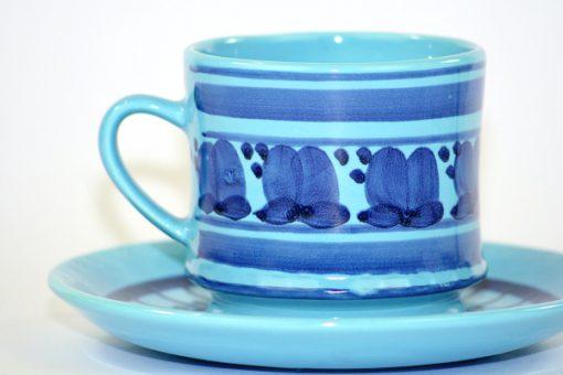 Bilden visar Deco Hälsingborg tekopp med fat turkos och blå detalj mönster