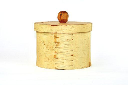 Bilden visar Stor rund näverburk med lock och träknopp björknäver