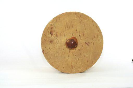 Bilden visar Stor rund näverburk med lock och träknopp björknäver ovansida lock