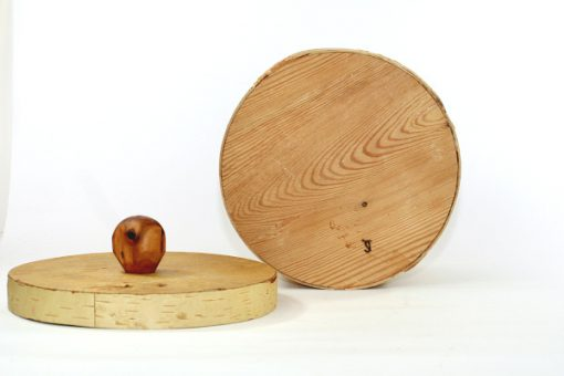 Bilden visar Stor rund näverburk med lock och träknopp björknäver undersida