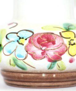 Bilden visar Strehla vas 9021 – Keramik med hänkel blommor pasteller detalj