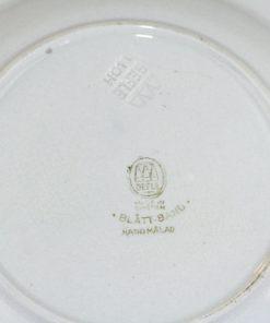 Bilden visar Gefle tallrik Blått band – Handmålad 1930-1950 detalj undersida