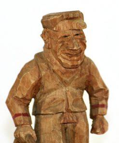 Bilden visar Trägubbe – Snidad gubbe med kappsäck signatur WK el HM överdel