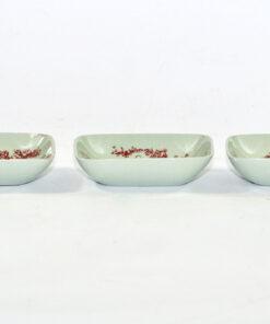 Bilden visar Bjørn Wiinblad tre mindre skålar 3031 för Nymölle liggande