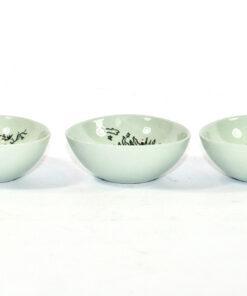 Bilden visar Bjørn Wiinblad tre mindre skålar 3039 för Nymölle liggande