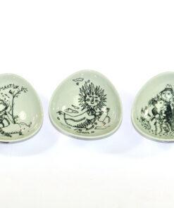 Bilden visar Bjørn Wiinblad tre mindre skålar 3039 för Nymölle helhet