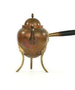 Bilden visar Kopparpanna – Kaffepetter med tre fötter trähandtag fram