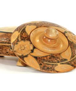 Bilden visar Svarvad rund skål med lock blommor på tre fötter liggande