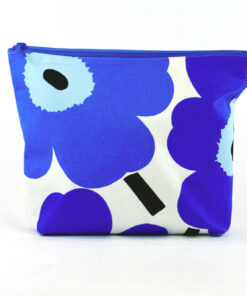 Bilden visar Unikko Marimekko blå necessär handsydd fordrad tyg helhet