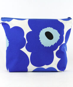 Bilden visar Unikko Marimekko blå necessär handsydd fordrad tyg