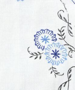 Bilden visar Broderad duk med blå langett-kant & stjälksöm detalj fram