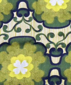 Bilden visar Retrotextil gardin gröna stora blommor 1970-tal detalj
