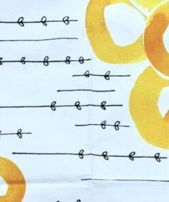 Bilden visar Tryckt bomullstyg – Maria Vinka gula cirklar vepa detalj